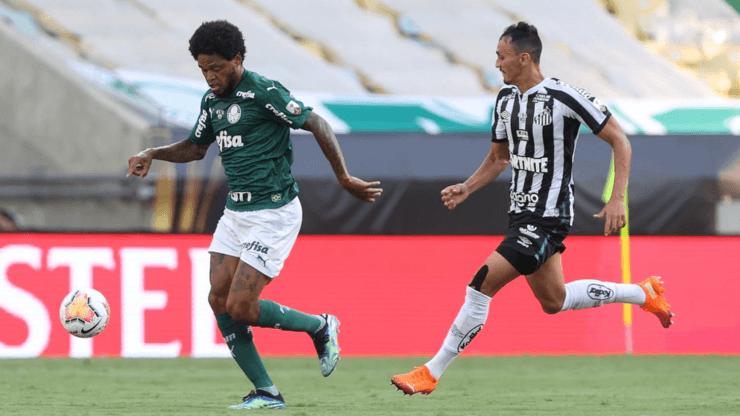 Luiz Adriano em jogo contra o Santos. (Foto: Getty Images)