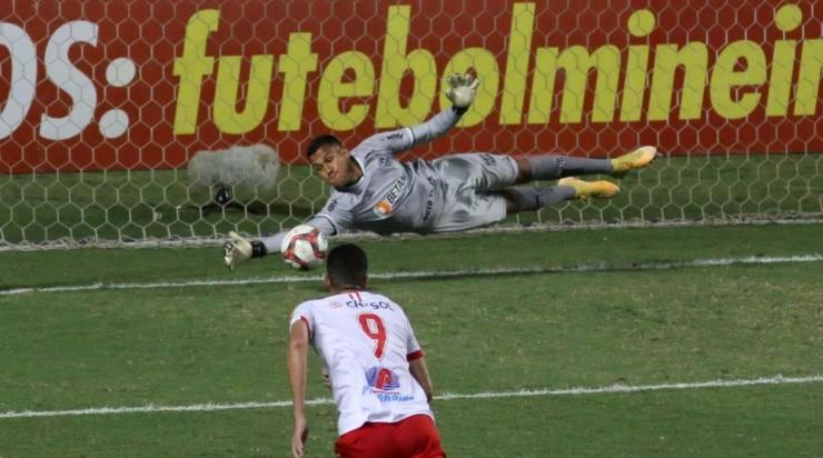 Matheus Mendes: pegou pênalti no primeiro jogo com Tombense (Foto: Fernando Moreno/AGIF)