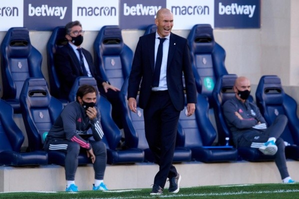 Zidane na beira do gramado durante jogo do Real — Foto: Getty Images