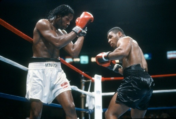 Mitch Green e Mike Tyson em confronto em 1986. Foto: Getty Images