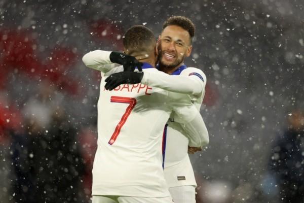 Neymar comemora gol com Mbappé pela Champions League. Foto: Getty Images