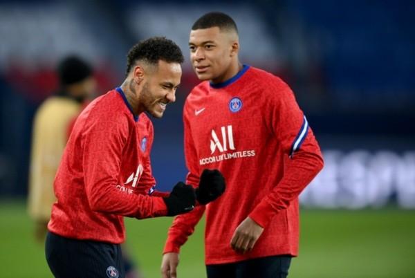 Neymar e Mbappé durante aquecimento do PSG. Foto: Getty Images