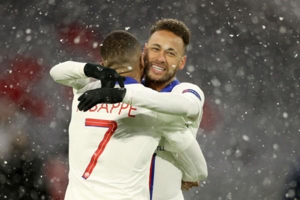 Neymar e Mbappé comemoram gol do PSG abraçados. Foto: Getty Images