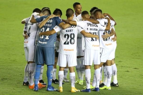 Jogadores do Santos abraçados. Foto: Getty Images