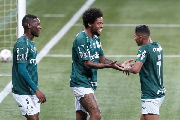 Jogadores do Palmeiras comemoram gol. Foto: Marcello Zambrana/AGIF