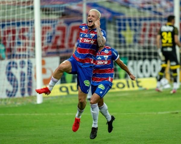 Lucas Crispim celebrando el gol de Fortaleza.  (Pedro Chaves / AGIF)